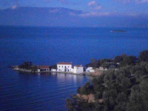 pogled na usamljenu kuću na poluostrvu