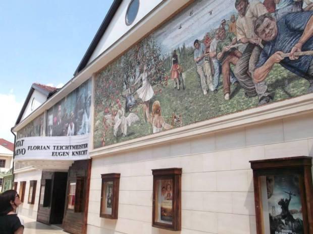 "Pogled na fasadu bioskopa ""Doli Bel"" u Andrićgradu. Foto: Tijana Delić"