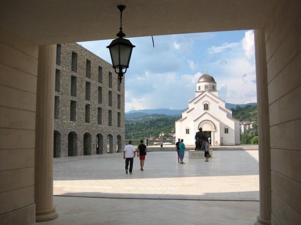 Pogled na spomenik Petru Petroviću Njegošu i crkvu Svetog cara Lazara