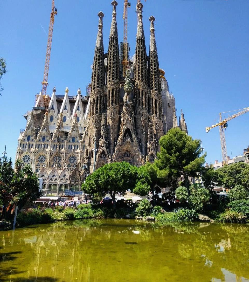 Barselona je grad u kome se zahvaljujući mašti Antonija Gaudija katedrala Sagrada Familija (Sagrada Familia) preobrazila u živopisnu igru kamenai uspela da prenese religiozno ushićenje isto koliko i umetničku maštu. Nemoguće je sagledati ovu građevinu bez divljenja i blage vrtoglavice od visine šiljatih kula i skela koje treba da dovrše izgradnju.