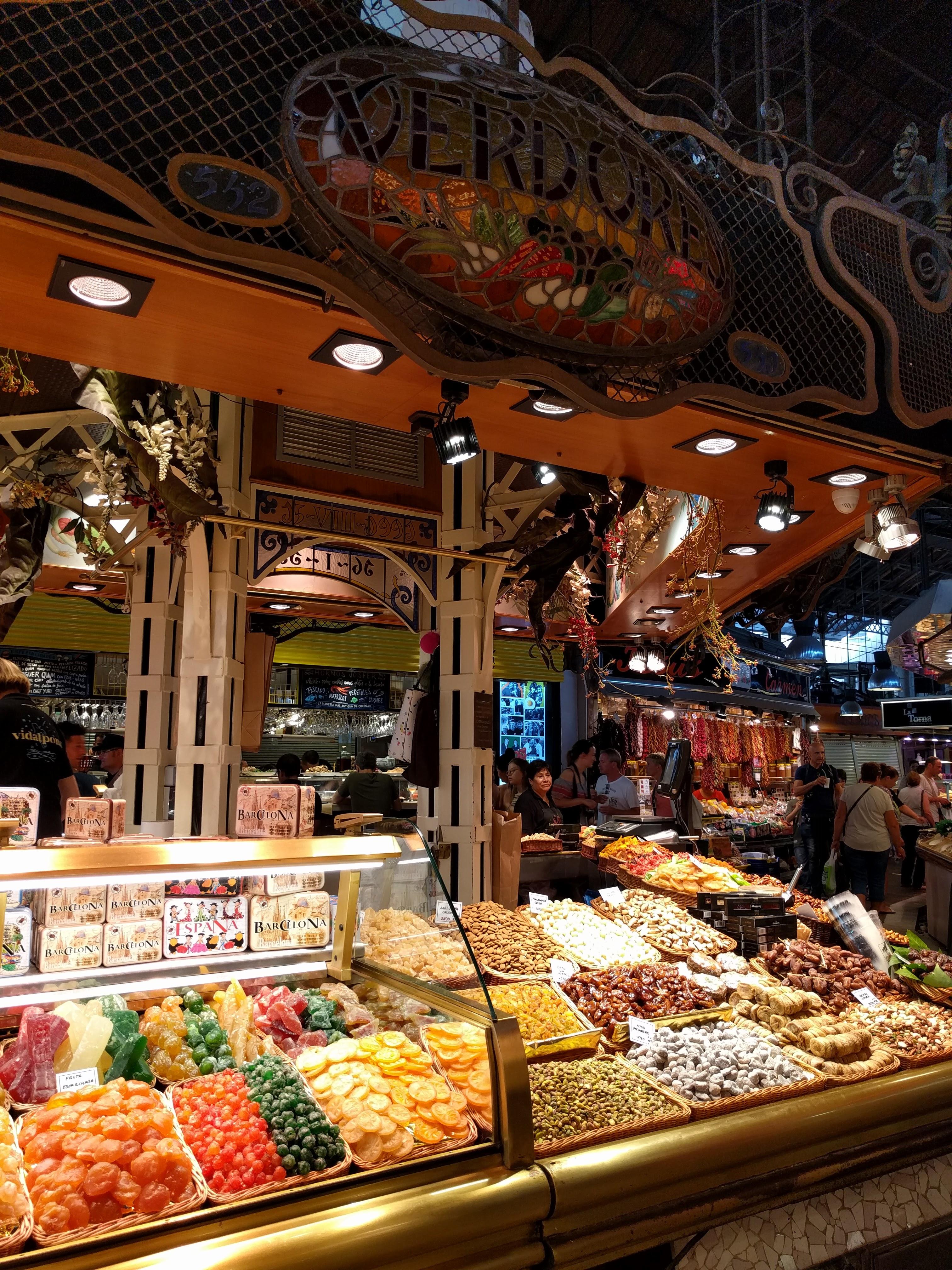 Barselona je pijaca Bokerija. Eksplozija boja, ukusa i mirisa sa vazduhom teškim od zvukova. Šarene se tezge sa mesom, ribom, začinima, ali najviše se traže posudice sa voćem, najšarenije osveženje na preko trideset stepeni. Već na ulazu mi ponovo preti vrtoglavica. Pitam se kako Barselonci obavljaju kupovinu kada im za leđima stoji red turista sa kamerama i fotoaparatima.